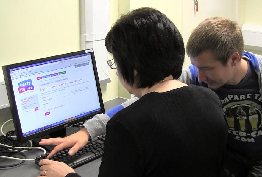 Financer l'inclusion numérique : qui dématérialise assume la formation des usagers